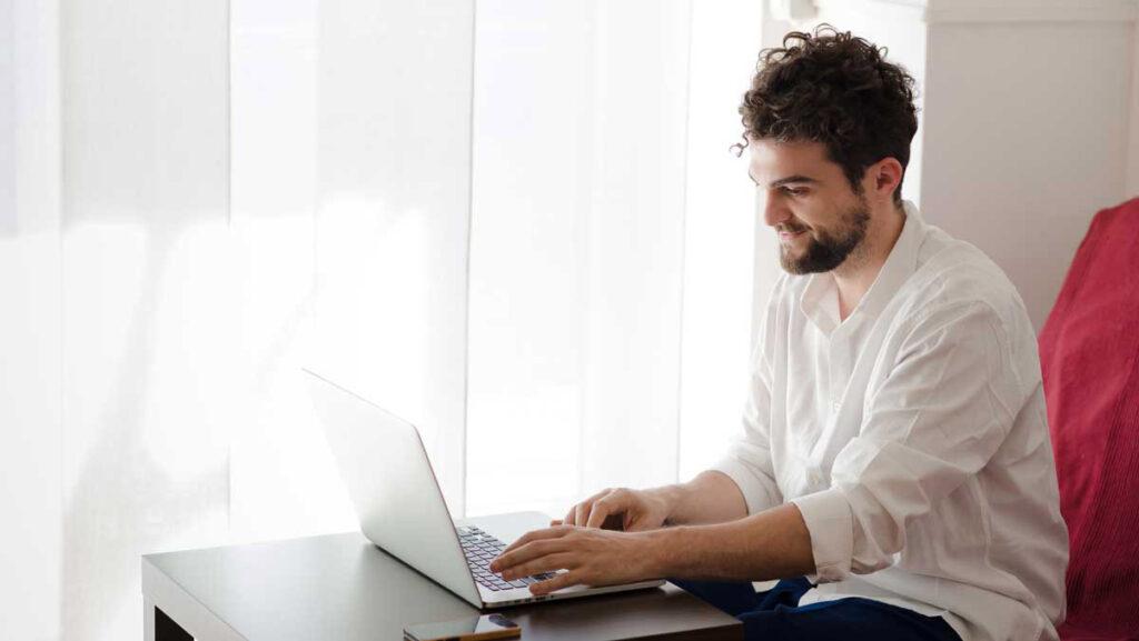 hombre en clases online